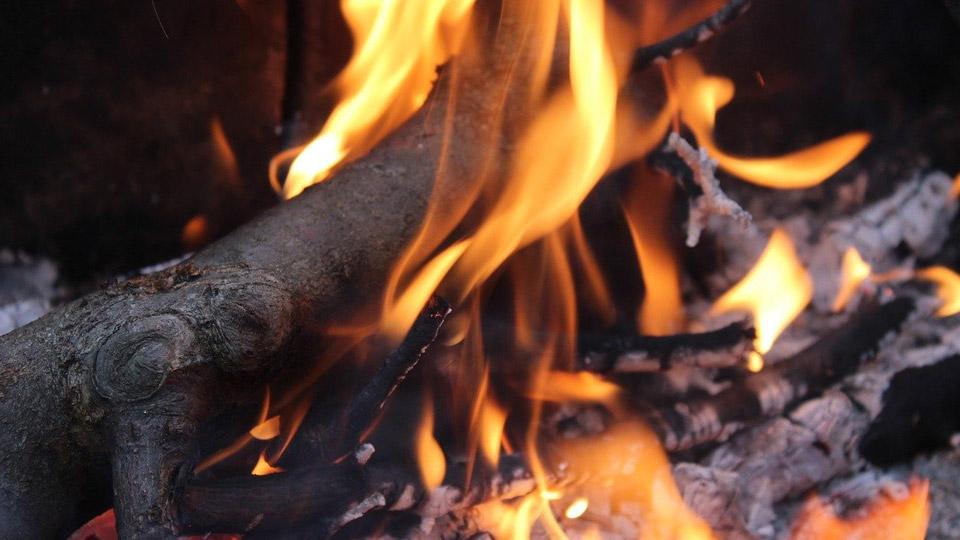 ボーッと見てるだけで癒し効果抜群。焚き火とキャンドルの炎